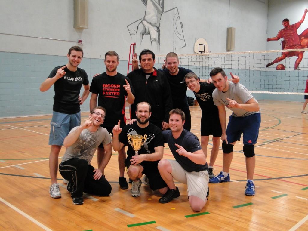 L'équipe du Centre de formation professionnelle Pierre-Dupuy, grande gagnante de la coupe Jeux d'hiver de la persévérance scolaire 2014 en volleyball du Service de la formation professionnelle et de l'éducation des adultes de la Commission scolaire Marie-Victorin.