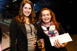Alice Gagnon de l'école des Saints-Anges, lauréate du Prix du Petit festival de la chanson de Granby, accompagnée de madame Hélène-Andrée Bélisle, chargée de projet du Festival de la chanson