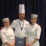 Deux élèves ont fait honneur au programme de Pâtisserie du CFP Jacques-Rousseau et à leur enseignant, François Dubé, la médaillée d'or Daphné Héroux et, sa consoeur, la médaillée de bronze, Sarah-Jeanne Audet.
