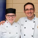 Sherine Haeck, médaillée d'or en cuisine et Dany Dupuis, son enseignant.