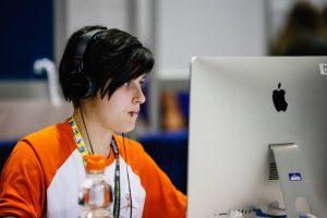 Mégane Daigneault a obtenu la médaille d'or en Infographie pour le niveau secondaire. On la voit ici lors des compétitions dans le cadre des Olympiades québécoises de la formation professionnelle et technique. Crédit : Compétences Québec.