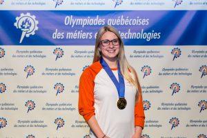 Daphné Héroux, Longueuilloise et élève du programme de pâtisserie au CFP Jacques-Rousseau de la CSMV, représentera le Canada au Mondial des Métiers! On la voit ici au moment où elle prenait part aux Olympiades québécoises de la formation professionnelle et technique. Crédit : Compétences Québec.