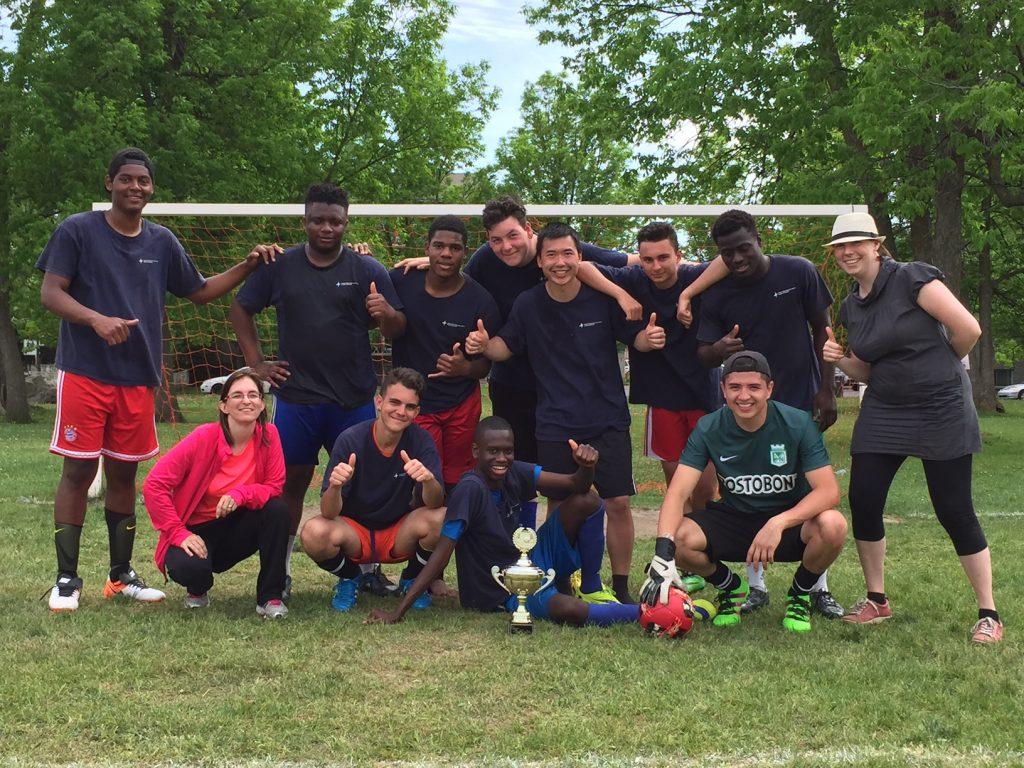 L'équipe du CÉA Antoine-Brossard, grande gagnante du Tournoi de soccer de la persévérance scolaire du Service de la formation professionnelle et de l'éducation des adultes de la CSMV.